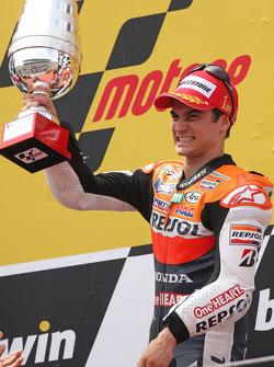 Подиум: победитель гонки - Дани Педроса