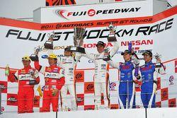 GT300 podium: winnaars Masami Kageyama en Tomonobu Fujii, 2de Tetsuya Tanaka en Katsuyuki Hiranaka,