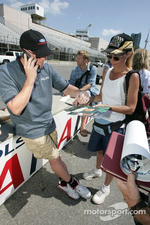 Molson Indy 2005 media event: Paul Tracy signs autographs