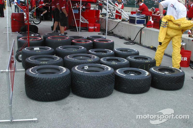 Une large variété de pneus posés derrière le mur