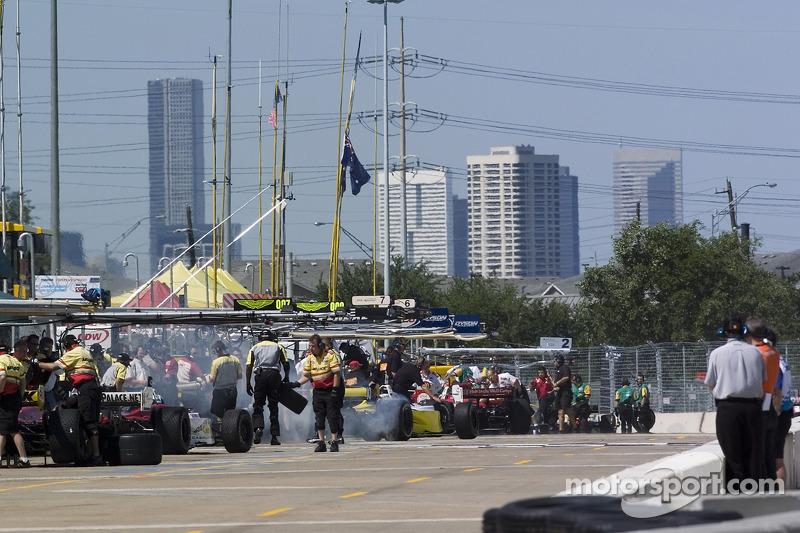 Les voitures sortent de la ligne des stands pour le début de la séance
