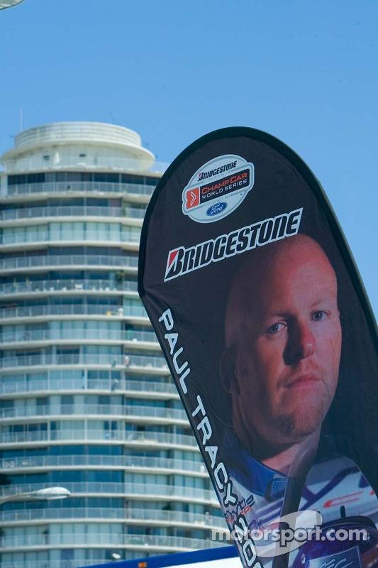 La bannière du paddock Champ Car pour Paul Tracy