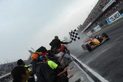 Sébastien Bourdais toma la bandera a cuadros