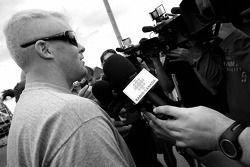 Paul Tracy parle avec les membres des médias locaux