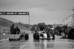 Course reportée à lundi : les équipes ramènent les voitures vers la zone du paddock