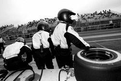 Les membres de l'équipe CTE Racing HVM attendent l'arrêt au stet