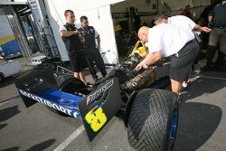 Les membres de l'équipe Rocketsports Racing au travail
