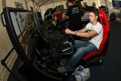 Zone d'affichage Ford : des fans jouentà un simulateur de course