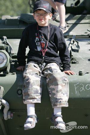 Un jeune fan à l'affichage de l'Armée canadienne