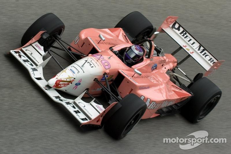 Katherine Legge condujo en la temporada 2006 de ChampCar un coche rosa y...