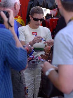 Katherine Legge signe des autographes
