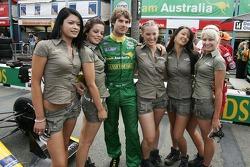 Will Power avec les demoiselles du Team Australia