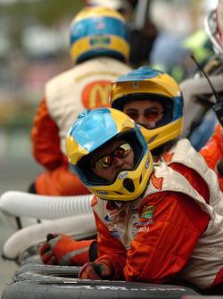 Des membres de Newman/Haas attendent la fin de la course