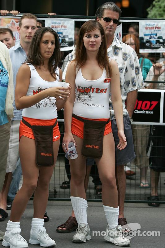 Fête John Street : des hôtesses de Hooters regardent la course