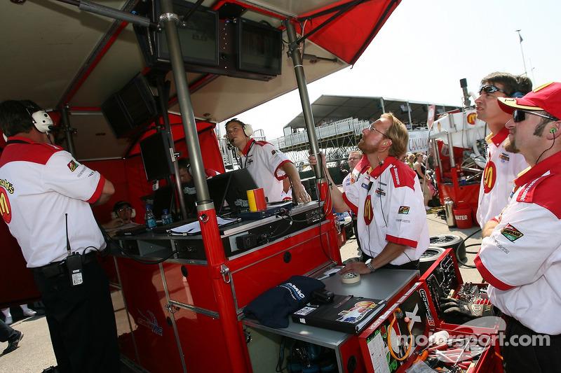Des membres de l'équipe Newman Haas regardent le minutage puisque A.J. Allmendinger prend la première place