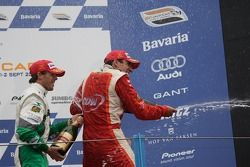 Podium: champagne voor Justin Wilson en Jan Heylen
