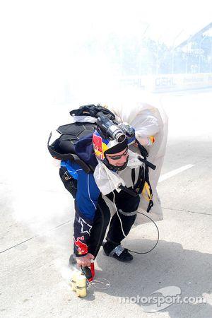 Atterrissage d'un célèbre parachutiste Red Bull