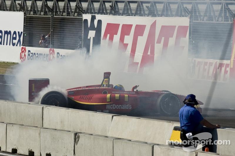 El ganador de la carrera Sébastien Bourdais celebra