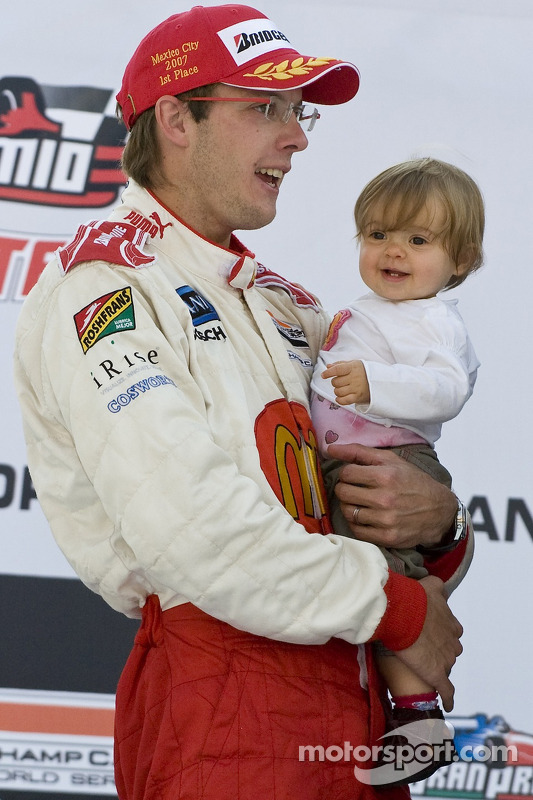 Podio: ganador de la carrera Sébastien Bourdais celebra con su hija Emma