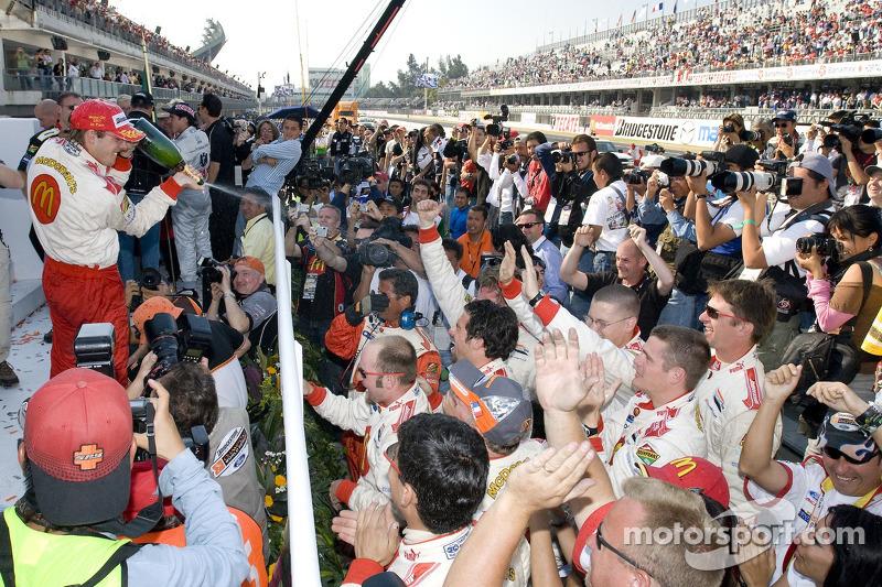 Podio: champán para Sébastien Bourdais