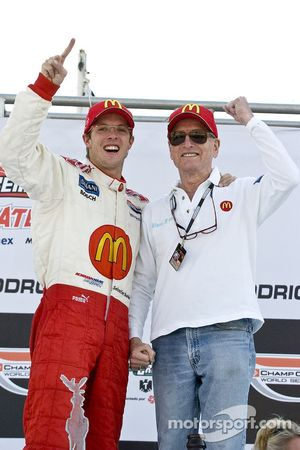 Podio: ganador de la carrera Sébastien Bourdais celebra con Paul Newman