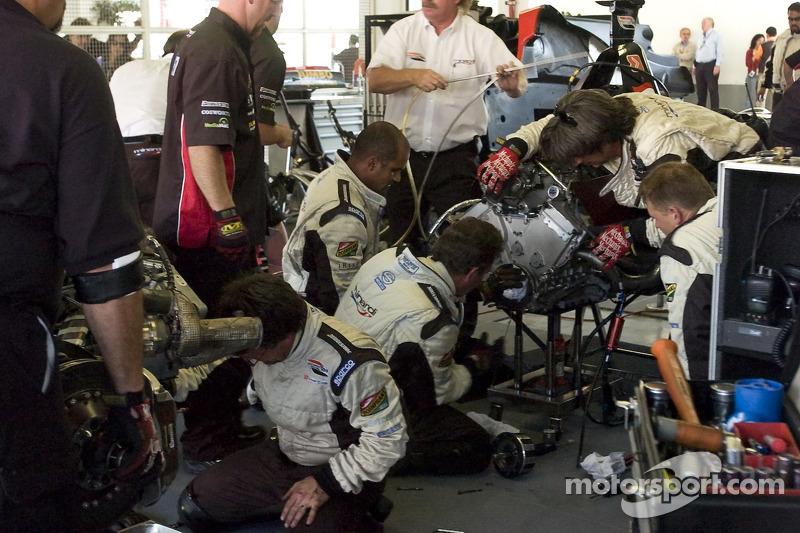 Los miembros del equipo Minardi Team USA reemplazan el embrague en el coche de Robert Doornbos