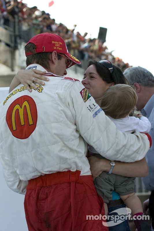 El ganador de la carrera Sébastien Bourdais celebra con su esposa Claire y su hija Emma