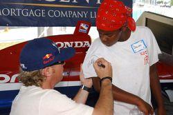 Buddy Rice signe des autographes