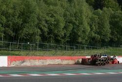 De muur na crash #36 RML HPD ARX -01d: Mike Newton, Thomas Erdos, Ben Collins en #9 Peugeot Sport To