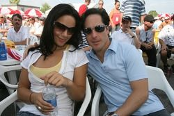 Le concours de maillots de bain: Mario Dominguez avec sa charmante petite amie