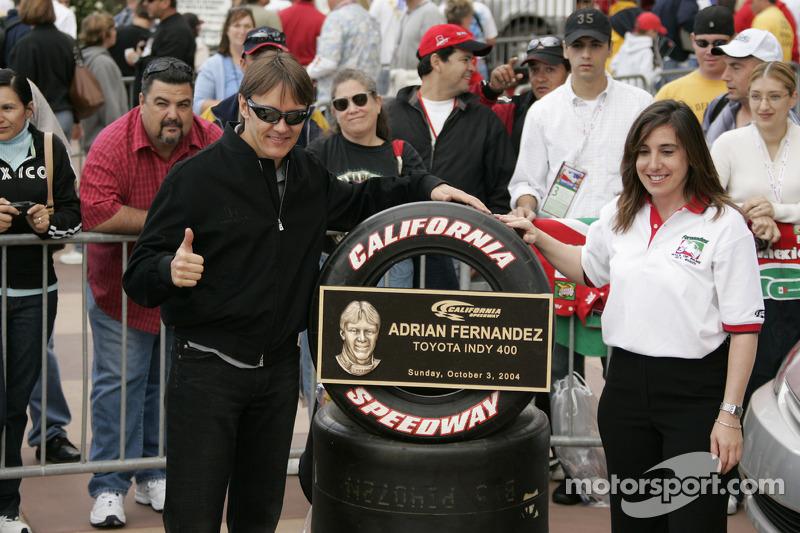 Una placa conmemorativa para Adrián Fernández