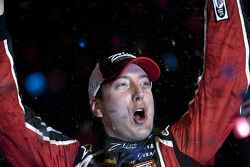 Victory lane: race winnaar Kyle Busch
