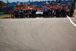 Teams en wagens op de grid