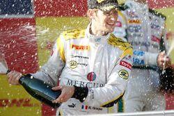 Romain Grosjean célèbre sa victoire sur le podium