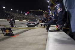 Arrêt au stand pour Kasey Kahne (Red Bull Racing Team Toyota)