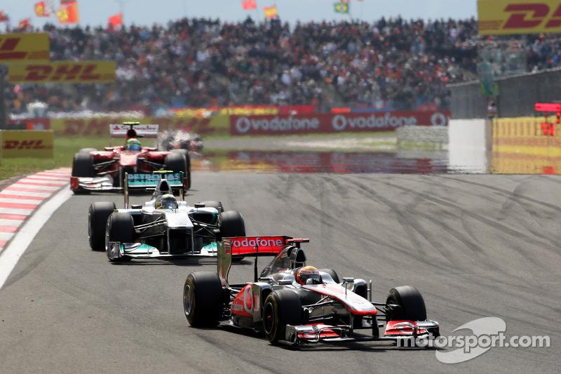 Lewis Hamilton, McLaren Mercedes, MP4-26 ve Nico Rosberg, Mercedes GP F1 Team, MGP W02