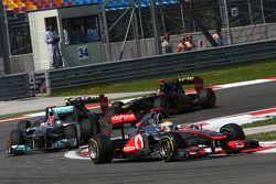 Льюис Хэмилтон, McLaren Mercedes едет впереди Михаэля Шумахера, Mercedes GP F1 Team