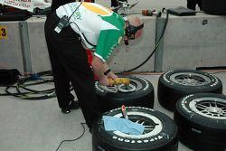 Un mécanicien Ganassi Racing prépare les pneus