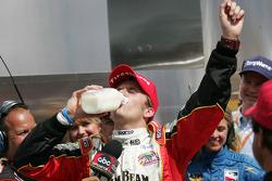 Victory Lane : le vainqueur Dan Wheldon boit le lait du vainqueur
