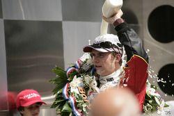 Victory lane: ducha de leche para Dan Wheldon