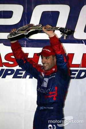 Victory Lane: le vainqueur Dario Franchitti fête sa victoire