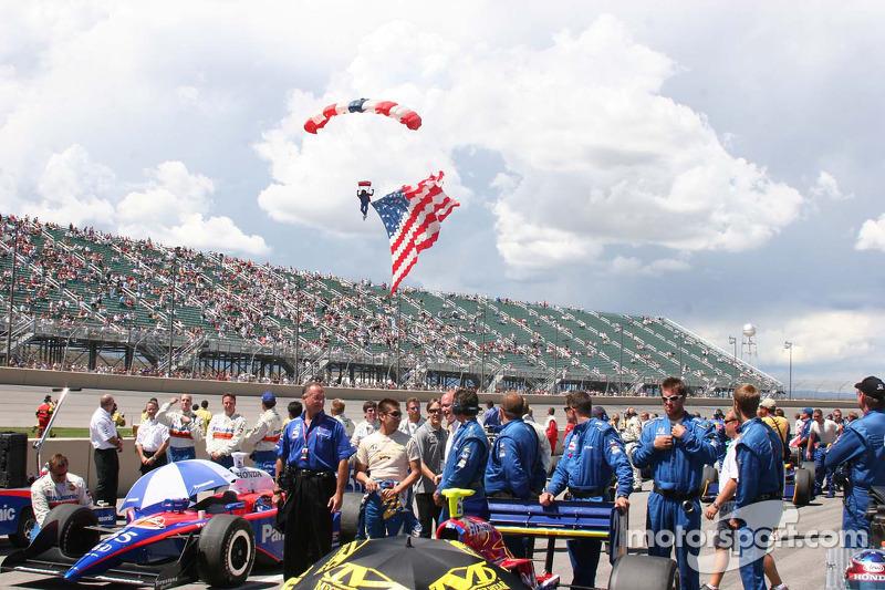 Le drapeau américain arrive avant la course