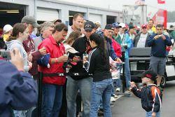 Danica Patrick signe des autographes