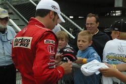 Sam Hornish Jr. Signe des autographes pour de jeunes fans