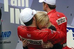 Le champion IndyCar Series 2006 IndyCar Sam Hornish Jr. Félicité par sa femme Crystal