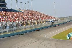 Une large foule regarde la course
