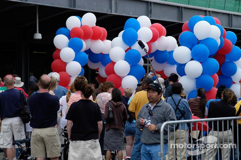 La foule attend l'arrivée de quelqu'un d'important