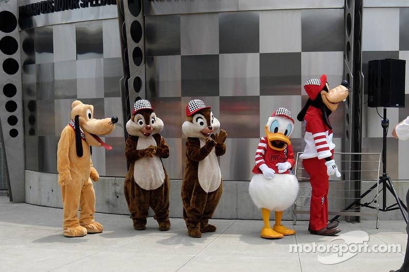 Pluto, Dale, Chip, Donald et Goofy s'alignent pour la grande entrée