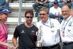 Michael Andretti, Kevin Savoree et Kim Green reçoivent le trophée Baby Borg des propriétaires gagnants 2005