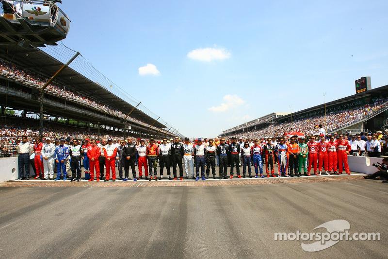 Photo de famille pour les 33 pilotes de la 90e édition des Indianapolis 500